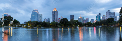 Photo  Bangkok's business district skyline on a cloudy evening