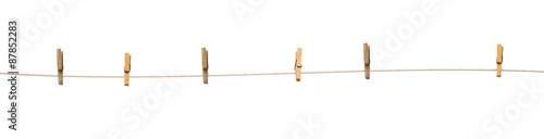 Fotografía  Viejos pinzas de madera en una cuerda aislados