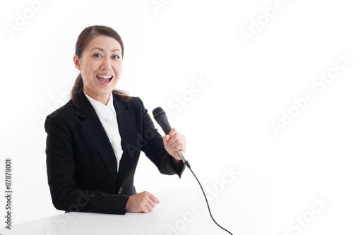 Valokuva  マイクを持っているスーツの女性,上半身