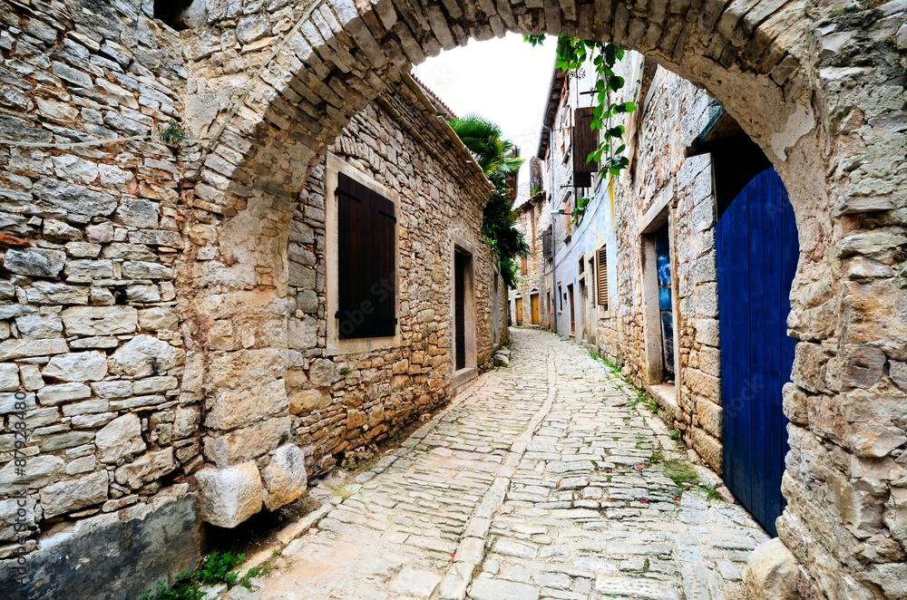 Antyczna łukowata średniowieczna ulica w starej wiosce w Istria, Chorwacja