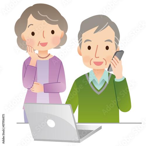 Fotografía  高齢者夫婦 パソコン操作と電話