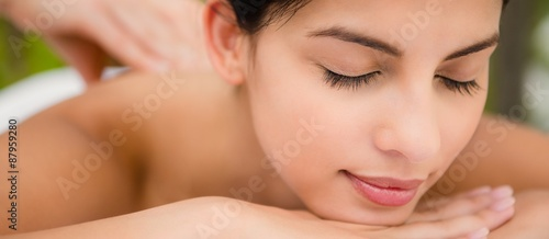 Photo  Attractive woman receiving back massage
