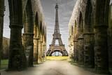 Fototapeta Eiffel Tower - vista della Torre Eiffel da rovine storiche