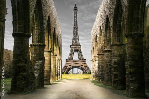 Poster Paris vista della Torre Eiffel da rovine storiche