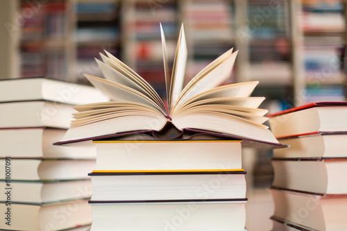 Photo aufgeschlagenes Buch auf Bücherstapel