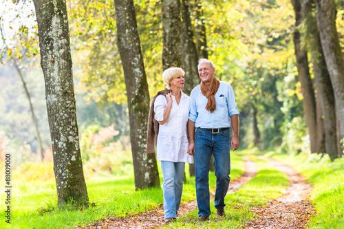 Fotografie, Obraz  Älteres Paar macht Spaziergang im Wald