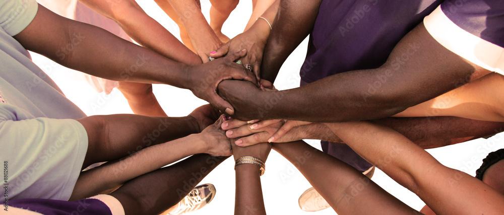Fototapeta Eine Gruppe von vielfältigen Menschen bildet eine Einheit als Team