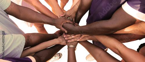 Foto Eine Gruppe von vielfältigen Menschen bildet eine Einheit als Team