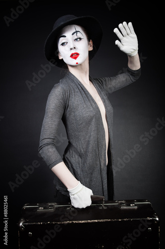 fototapeta na szkło woman mime in hat with suitcase