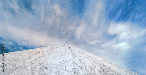 Photo  White Mountain relief against the blue sky with white clouds volume