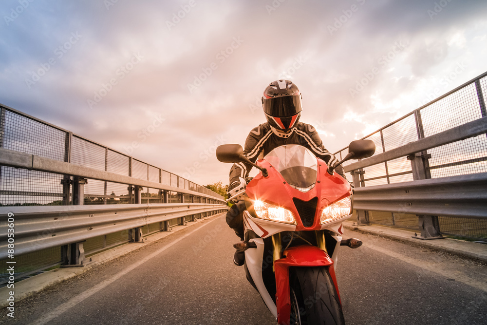 Fotografija  Motociclista su moto da strada