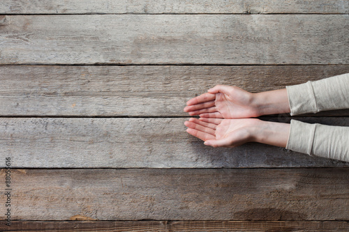Photo  woman hands with open palms over wooden table