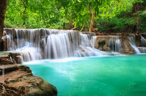 In de dag Groene koraal Huay Mae Khamin, Paradise Waterfall located in deep forest of Th