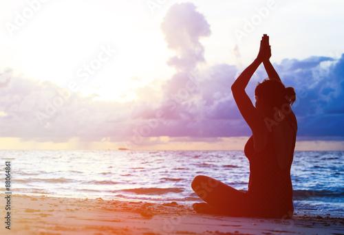 Poster Ecole de Yoga Woman meditation on sunset beach