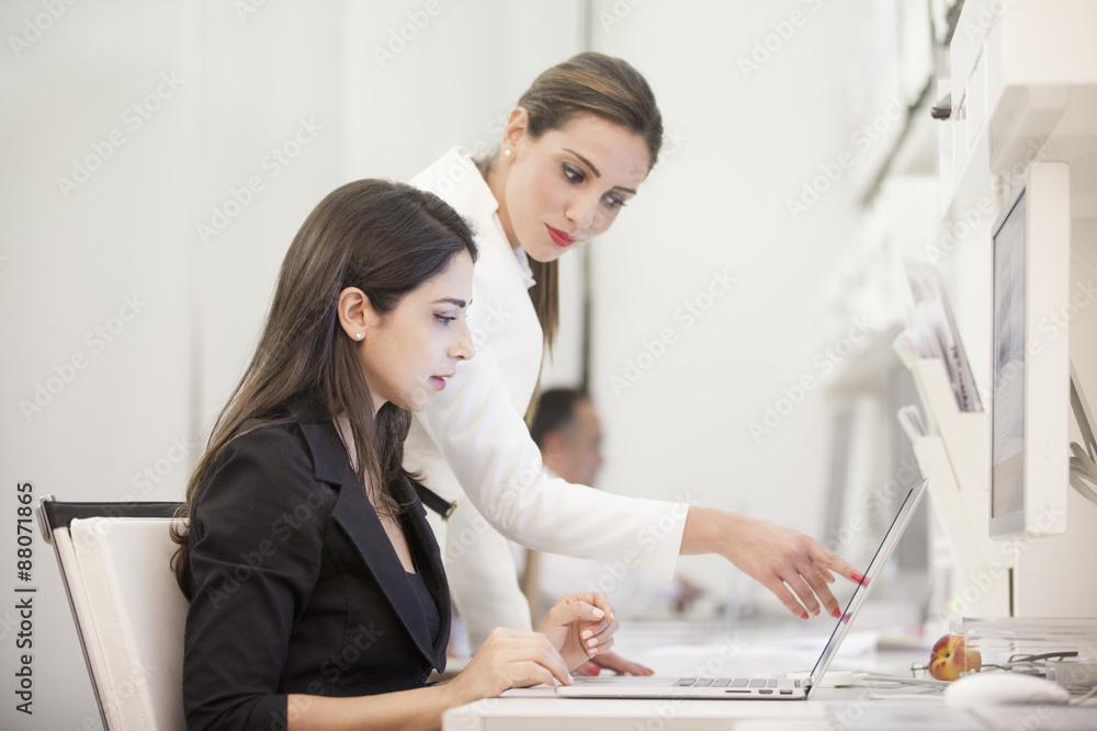 Fototapeta Una giovane stagista e il suo tutor in un momento di formazione