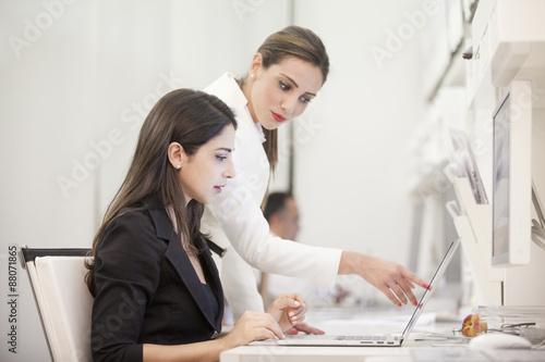 Una giovane stagista e il suo tutor in un momento di formazione