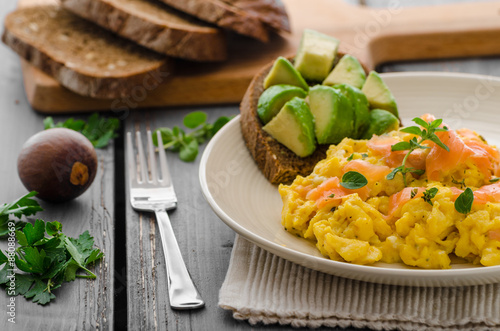 Foto op Plexiglas Gebakken Eieren Salmon scrambled eggs and avocado toast