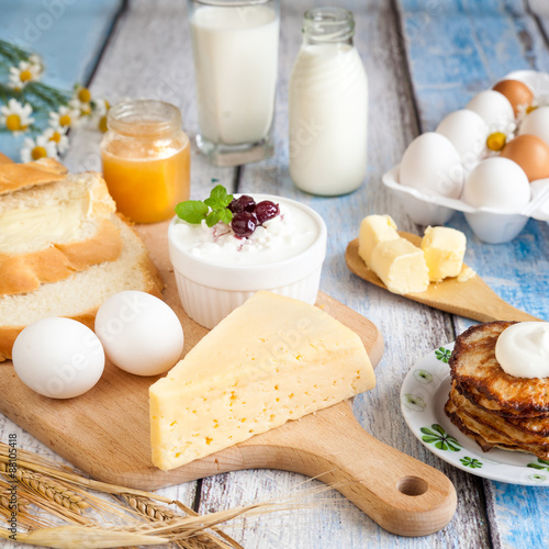 Montage in der Fensternische Milchprodukt Dairy products, pancakes, honey and fresh eggs