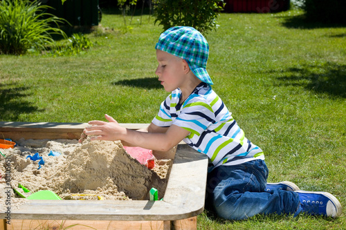 Fotografie, Obraz  kleinkind im Sandkasten
