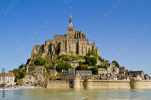 Photo  Mont Saint-Michel, a medieval fortification, cloister and church on an island in the Atlantic ocean near Normandy in France