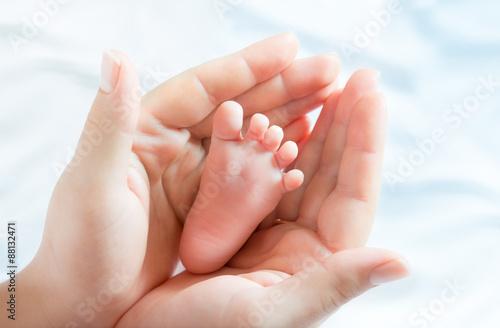 Photo  baby foot in mother hands