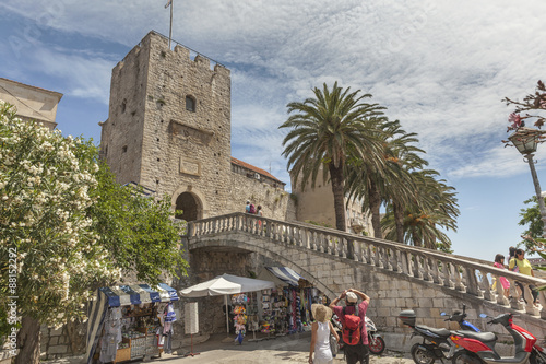 Valokuva  Tourists admiring impressive entrance in the medieval town Korcula in Dalmatia