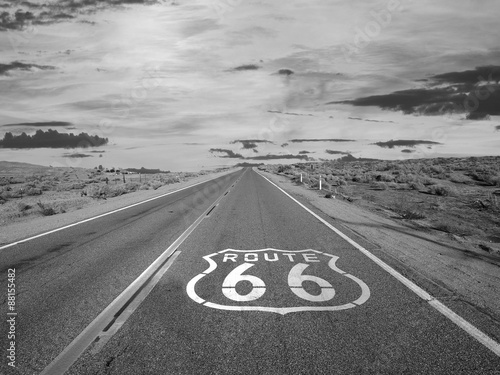 In de dag Route 66 Route 66 Pavement Sign Black and White