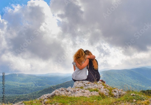 Fotografie, Obraz  Ragazze abbracciate osservano la vallata