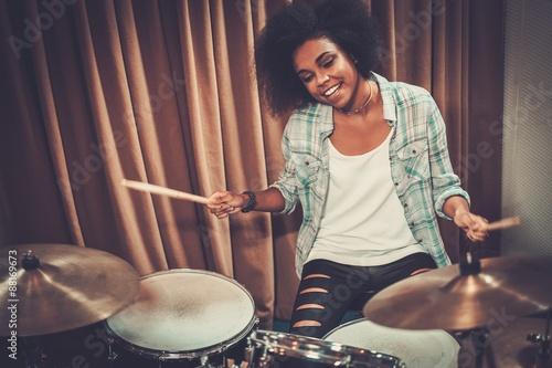 Foto Black woman drummer in a recording studio