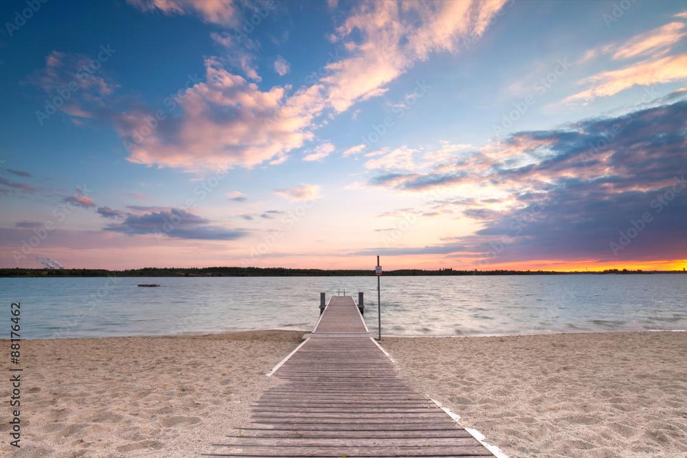 Fototapety, obrazy: Drewniana kładka do jeziora