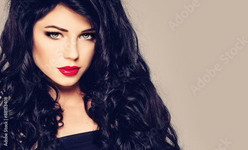 Foto  Dark Haired Woman. Brunette Girl with Curly Hair and Makeup. Fas