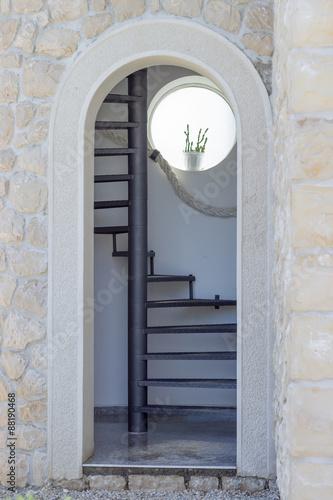 drzwi-wejsciowe-z-lukowatymi-i-spiralnymi-schodami