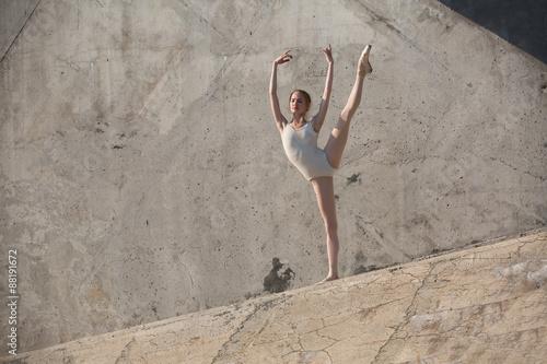 Fotografía  Bailarín delgado se sienta en una actitud del ballet