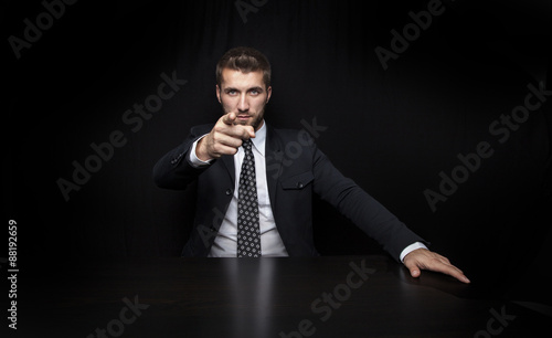 Valokuva  Attraktiver Geschäftsmann am Schreibtisch