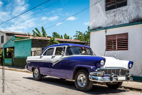 Wall Murals Old cars HDR Kuba Ansicht eines parkenden blauen amerikanischen Oldtimers