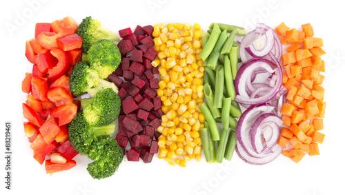 pokrojone-warzywa-rowno-ulozone-w-rzedy-na-bialym-tle