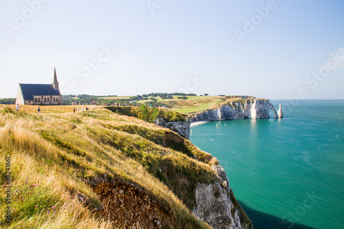 Photo Etretat Aval cliff, rocks and natural arch landmark and blue oce
