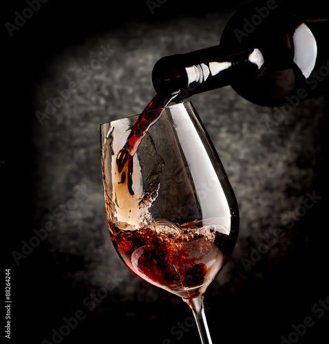 Fotografia  Wine on black background