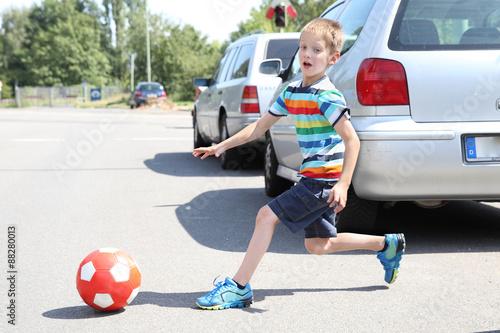 Fotomural Kind läuft plötzlich auf die Straße