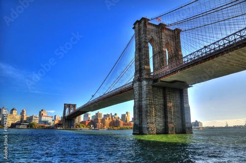 Naklejka premium Brooklyn Bridge nad East River z Nowego Jorku w dolnym Manhattanie w High Dynamic Range (HDR)