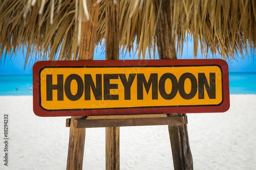 Fotografia  Honeymoon sign with beach background