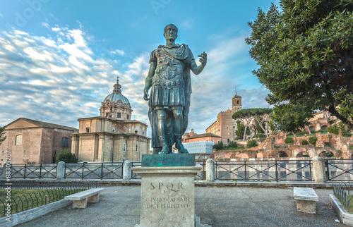 Fotografía  Estatua de bronce del emperador romano Julio César en el foro romano