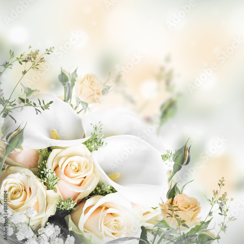 bukiet-dla-panny-mlodej-zolte-roze-i-biale-kalii-leluje-kwiecisty-tlo