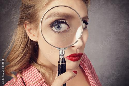 Fotografie, Tablou  femme pin-up avec loupe