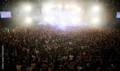 Plakat ludzie na koncercie