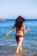 junges Mädchen am Meer