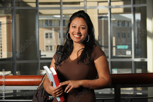 Fotografie, Obraz  Etnické College Student Uvnitř budovy