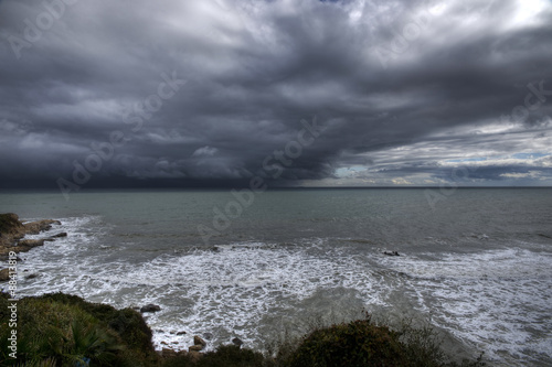 Playa en un día gris con tormenta en pleno invierno