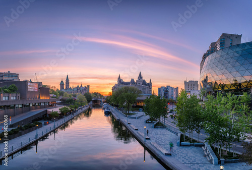 Foto auf Leinwand Kanada View of Parliament buildings from Plaza Bridge Ottawa during sunset