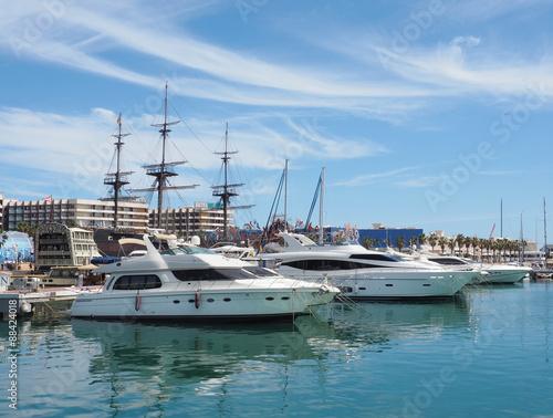Foto auf Gartenposter Stadt am Wasser Harbour, Marina and Skyline of Alicante, Spain